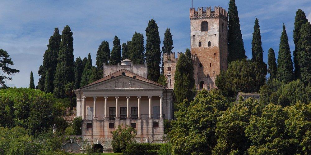 O castelo de Conegliano está inserido em um lindo bosque repleto de pinheiros. A Villa Gera está à frente, com uma bela fachada neoclássica com 8 colunas jônicas. Acima das colunas, há um majestoso tímpano com esculturas. Aos fundos, está a torre do castelo, onde funciona o Museu Cívico.