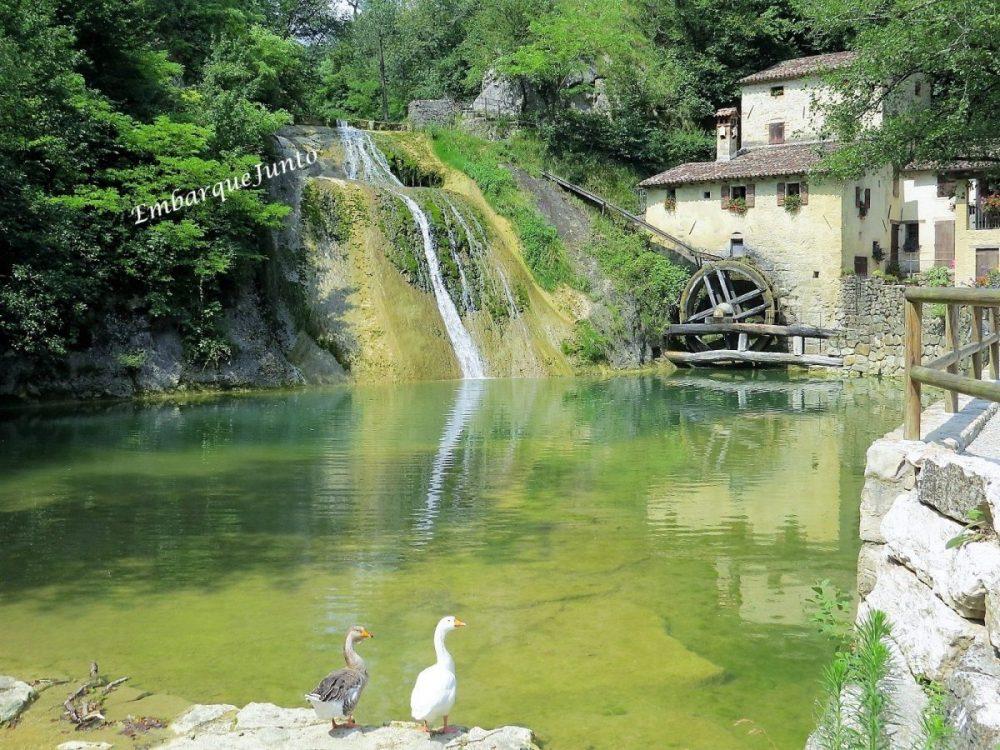 Em Molinetto dela Croda, o moinho encontra-se na fachada lateral de um casebre amarelinho. Uma cachoeira jorra suas águas cristalinas em um lago. Ora, ora dois gansos olham pra mim!