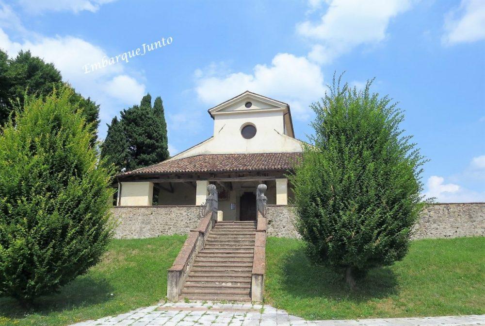 A fachada com o pórtico da Igreja paroquial de San Pietro di Filetto é de cor amarelo claro. Há uma fachada saliente em frente com uma grande arcada do século XIII. Ao lado da longa escadaria, dois grandes arbustos .